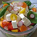 Salade d'épinards, fêta, carotte, tomate, radis et pomme.