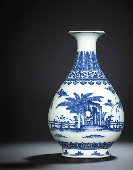 A fine Ming-style blue and white pear-shaped vase, yuhuchunping, Daoguang seal mark and of the period (1821-1850)