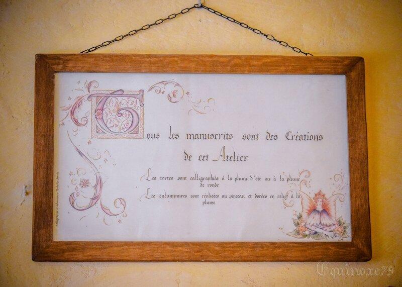 Cité Médiévale Puy du Fou, Tous les manuscrits, les textes sont calligraphiés à la plume d'oie, les enluminures au pinceau et dorées en relief