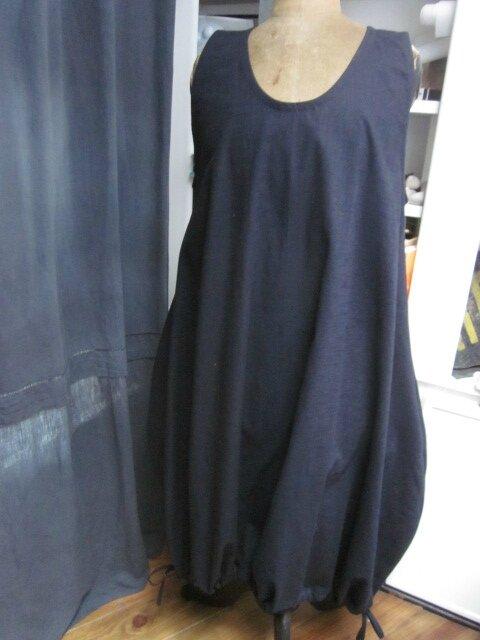 Une robe HENRIETTE en lin marine