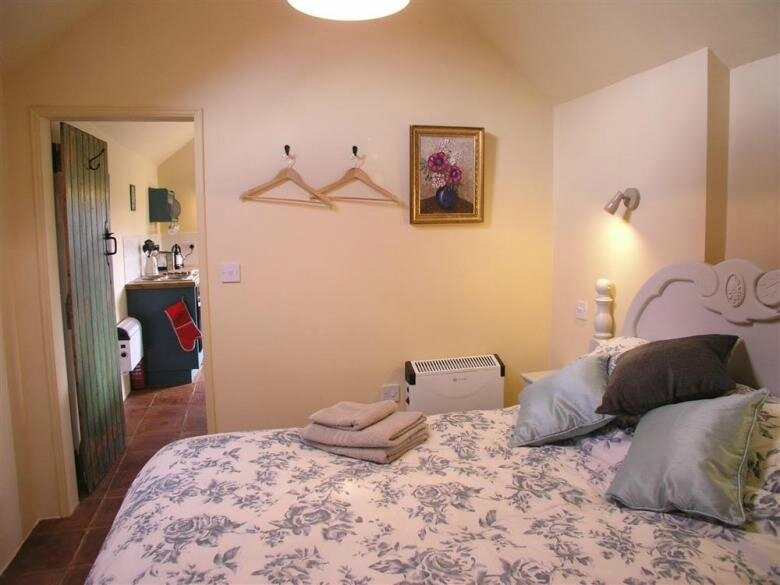 oby6g5--bluebell_bedroom_thro_to_big