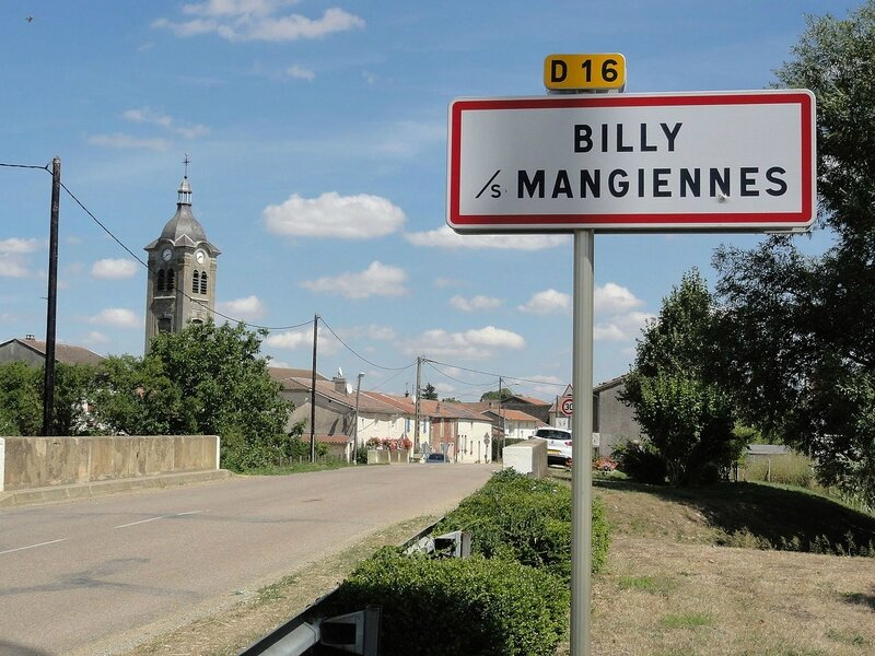 1280px-Billy-sous-Mangiennes_(Meuse)_city_limit_sign