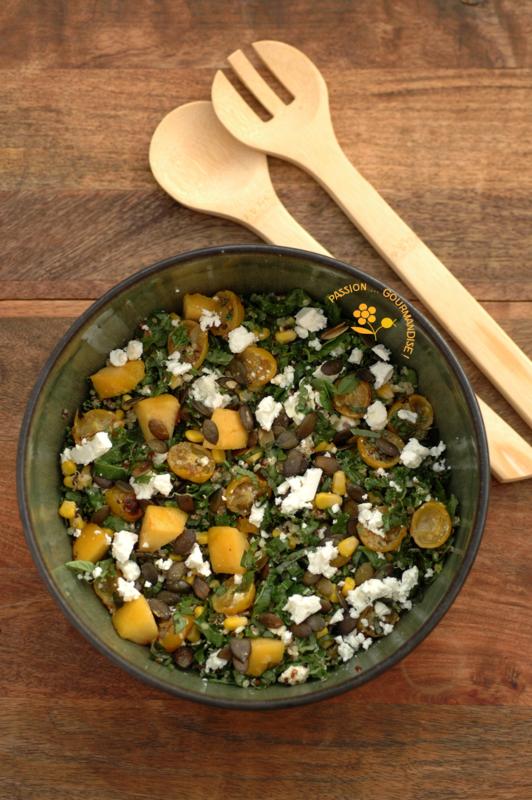 Salade chou kale-quinoa-maïs-feta-pêche jaune-graines de courge, vinaigrette ail & échalote rôtis_1