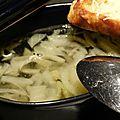 Soupe à l'oignon et petits croûtons à l'ail gratinés
