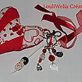 Bijou de sac porte clés grigri kokeshi gros coeur rouge blanc
