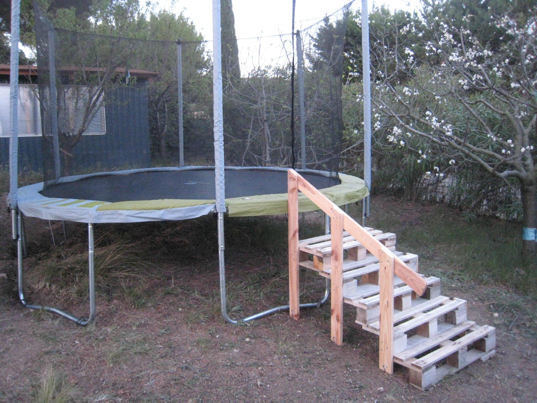 un bricolage de j r mie un escalier en palettes pour le trampoline cr ations et bricolages d 39 oli. Black Bedroom Furniture Sets. Home Design Ideas