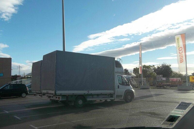 des millers de petits camions étrangers