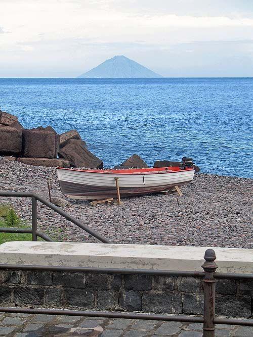 Salina: Stromboli à 45 km.