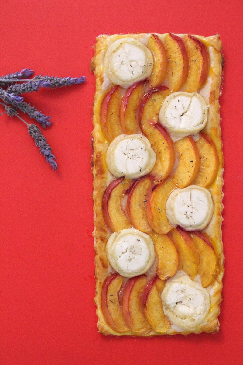 La tarte sucrée salée pour fêter l'été : nectarine, chèvre, miel, romarin