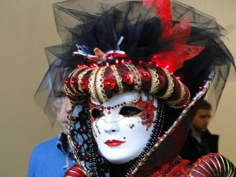 La reine du carnaval, avec ses deux gardes du corps