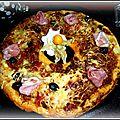 Couronne feuilletée, farcie à la viande, sauce tomate, poivrons, fromage raclette avec des roulades de jambon
