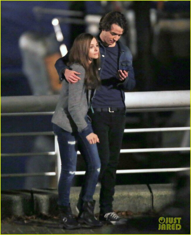 chloe-moretz-kisses-co-star-jamie-blackley-on-set-01