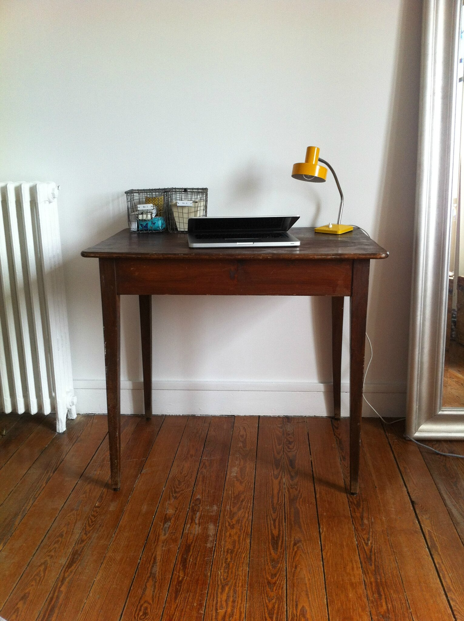 Petite table ou bureau lilly broc for Table ancienne repeinte