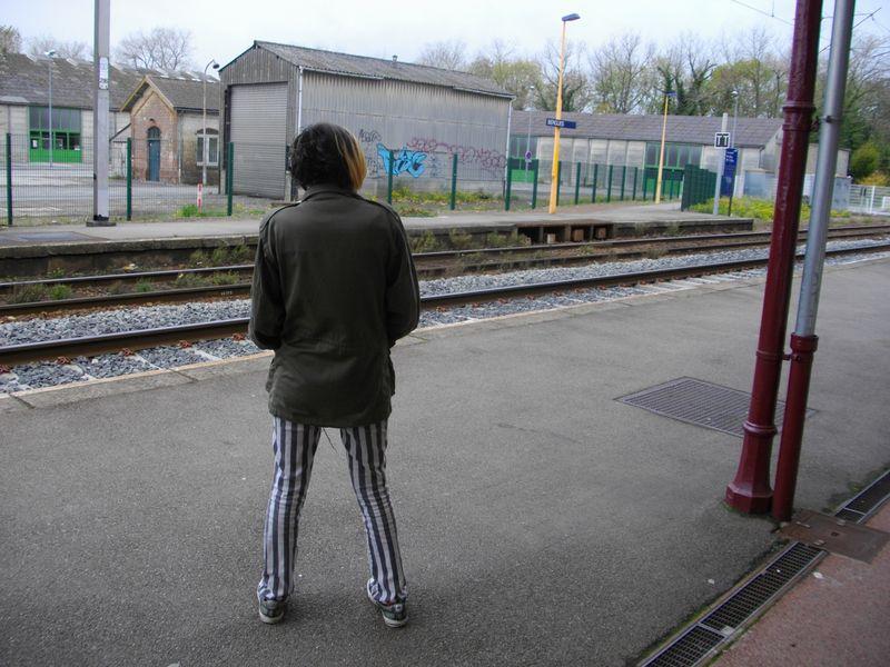 01-Seiji à la gare qui en à rien à foutre d'être sur la photo