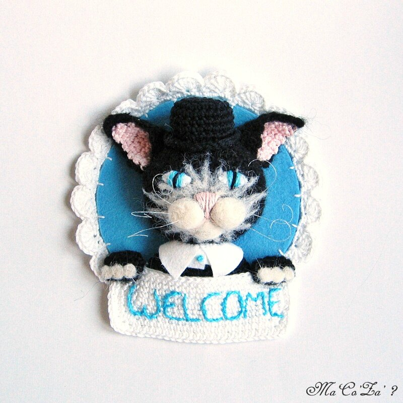 Trophée welcome chat au crochet et feutrine