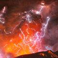 Un volcan japonais shinmoedake entre en éruption dans des eclairs electriques