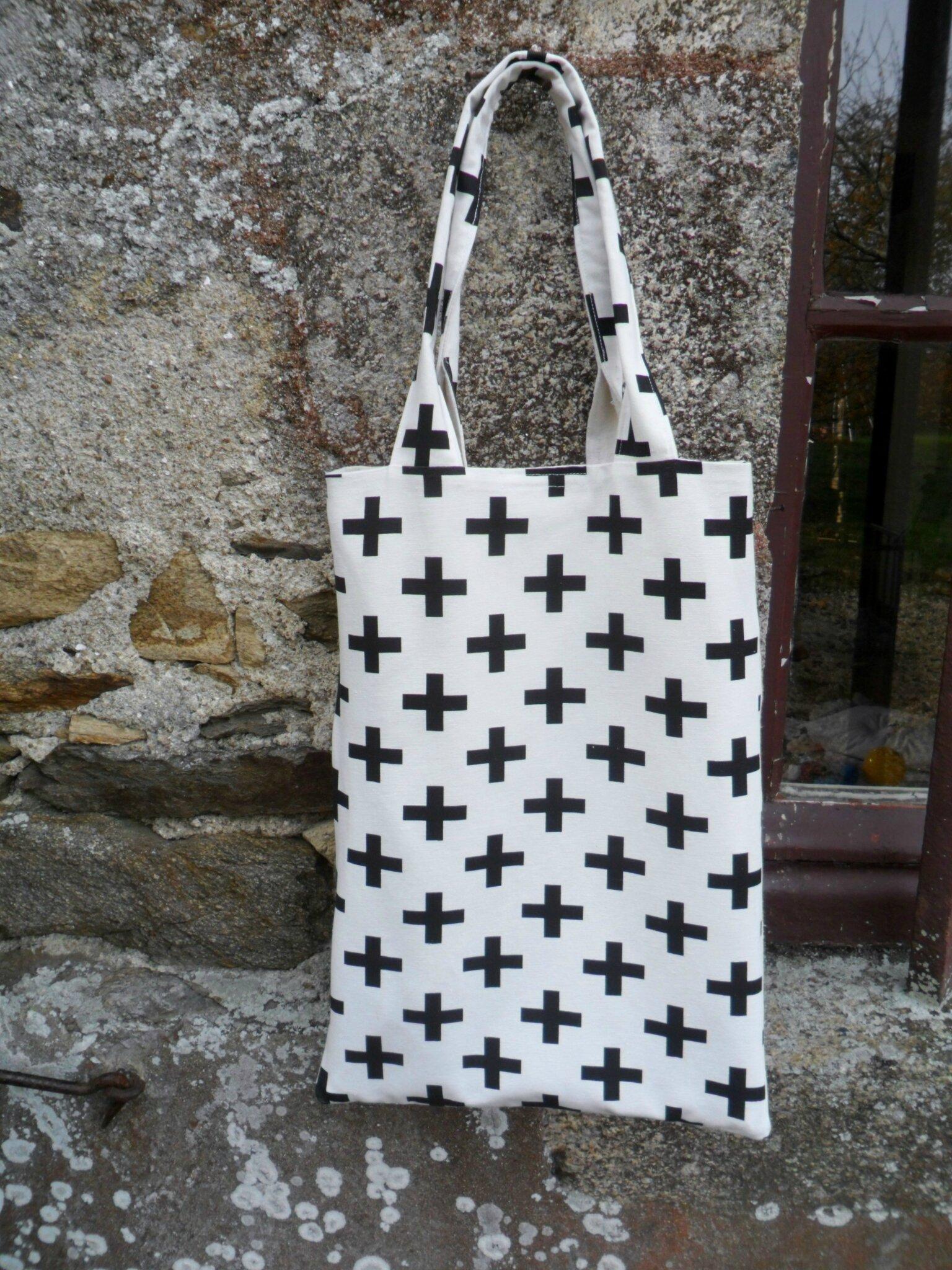 Tote bag, sac cabas tissu Cross, croix Black and White 35€ port inclus via Mondial Relay contacter l'auteur pour commander ou laisser un commentaire sous la photo