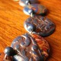 Un collier tout en pastilles, avec des p'tites bretonnes (vue 2)
