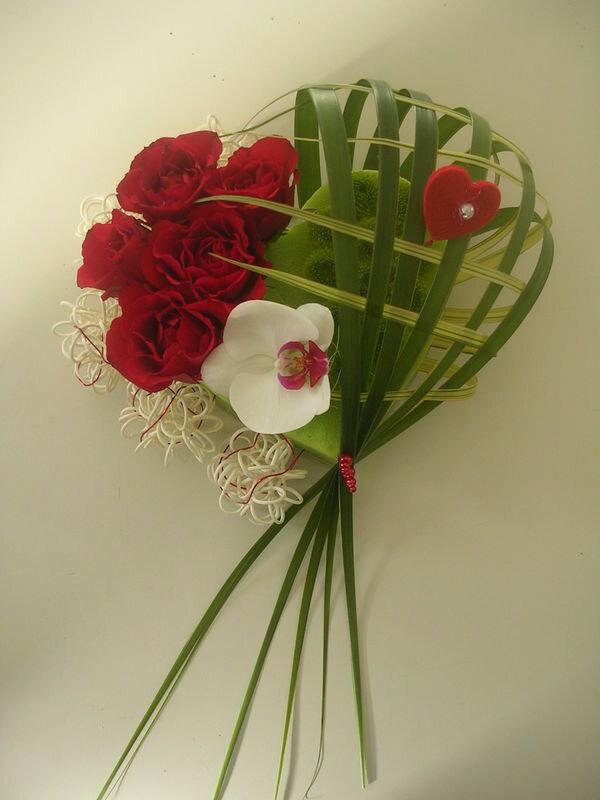 La st valentin arrive grands pas une jolie composition florale un petit - Composition st valentin ...