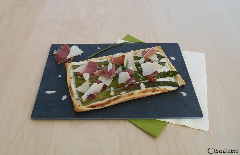 Tarte fine aux asperges, jambon de Parme & parmesan