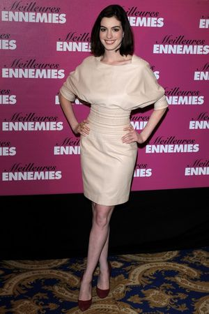 anne_hathaway_bride_wars_photocall_in_paris_05_122_806lo
