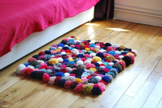 tapis de pompons 100 tricot. Black Bedroom Furniture Sets. Home Design Ideas