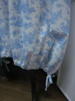 Robe HENRIETTE en coton écru imprimé toile de Jouy bleu (5)