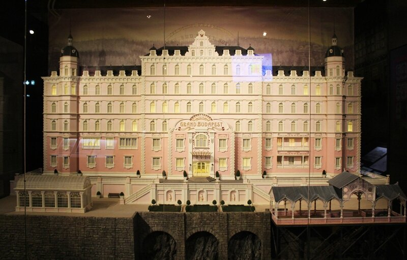wes-anderson-follow-me-white-rabbit-alice-musee-miniature-lyon (1)