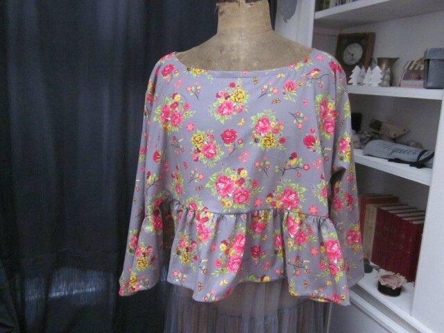 NOUVEAU !!! Une blouse CERISE en coton gris très fleuri...