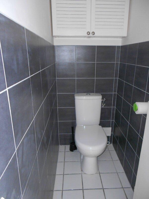 11 WC indépendant avec armoire de toilette suspendue