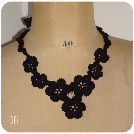 collier_fleurs_noir_au_crochet_4