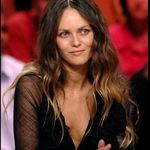 people_vanessa_paradis_2417485_1350