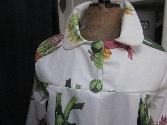 Ciré AGLAE en coton enduit blanc cassé imprimé légumes primeurs fermé par 2 pressions dissimulés sous 2 boutons recouverts (5)