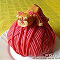 Gâteau chaton qui joue sur une pelote de laine