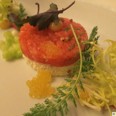 Tartare de saumon avec mousse de poivre blanc, crème de betterave et caviar de concombre (1)