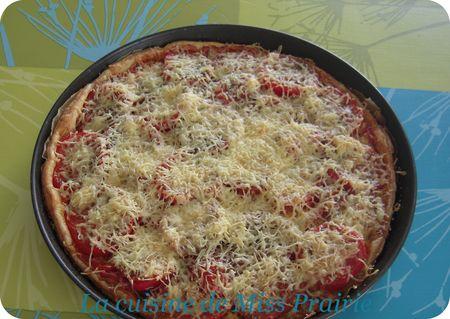 Pizza poivron, merguez et tomates fraîches