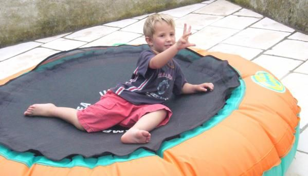 2008 07 Meo trampoline 4 ans