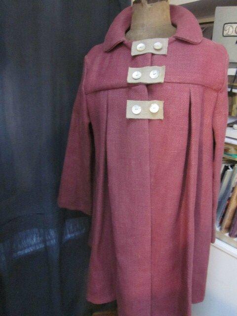 Manteau AGLAE en lin épais groseille fermé par 3 pattes de boutonnage en lin brut et des boutons de nacres (2)