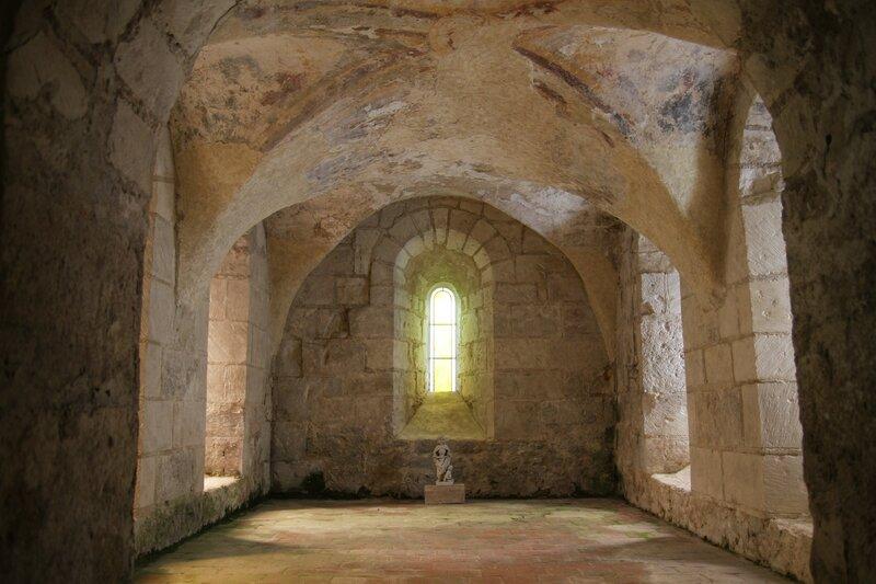 Léré, chapelle axiale de la crypte de la collégiale romane, XIIe siècle.
