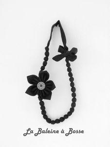 collier tissu noir fleur et bouton suspendu réduit