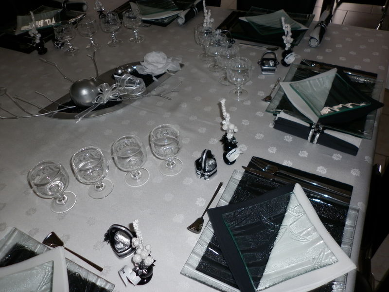 Table de no l blanc noir et argent les cr ations d co for Decoration de table de noel argent