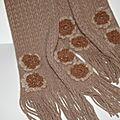 customiser une écharpe et un panier avec des fleurs en laine ..