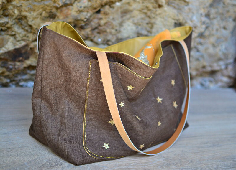 sac de plage shopper en lin enduit marron et étoiles dorées shirley ze pap