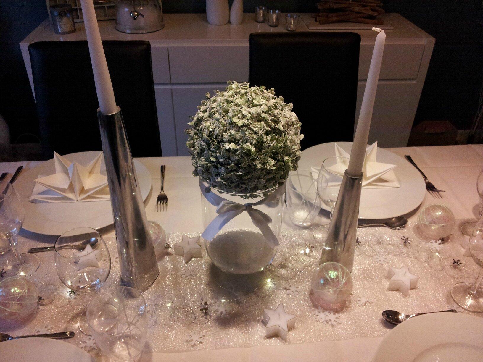 free centre de table une fausse boule de buis enneige et deux chandelier ika with buis boule ikea. Black Bedroom Furniture Sets. Home Design Ideas
