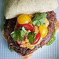 Burger végétarien aux haricots rouges, pesto rosso et chèvre frais