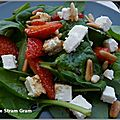 Salade de pousses d'épinard aux fraises et à la feta