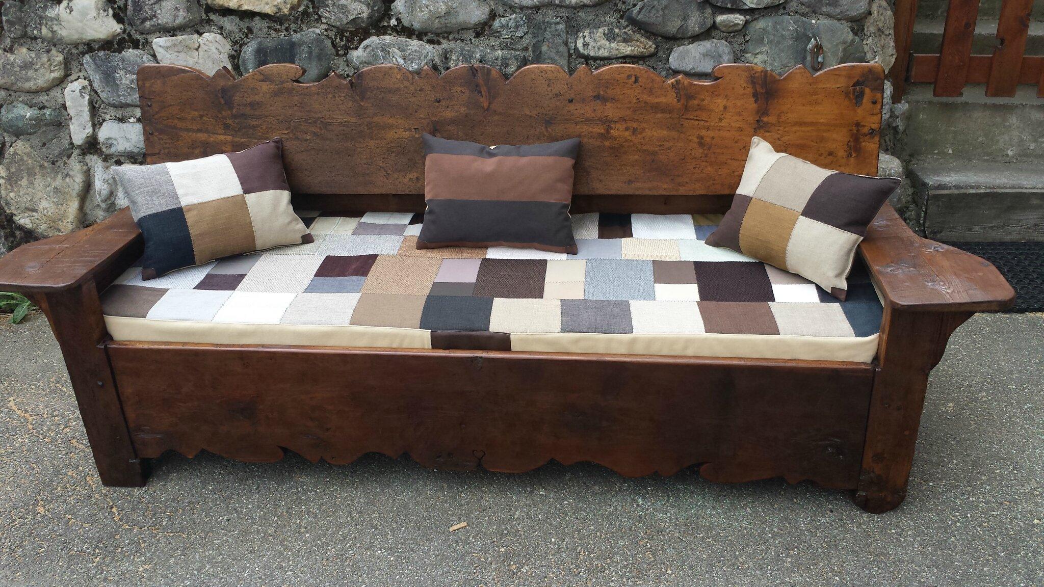 canapé vieux bois avec habillage tissu et lainage