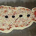 Une pizza en forme de bonhomme de neige