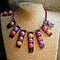 collier boules colorées sur bois