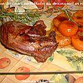 Cuisse de canard caramélisée aux abricots frais miel et romarin